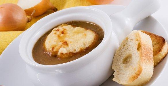 Французский луковый суп с вермишелью и чесночными гренками