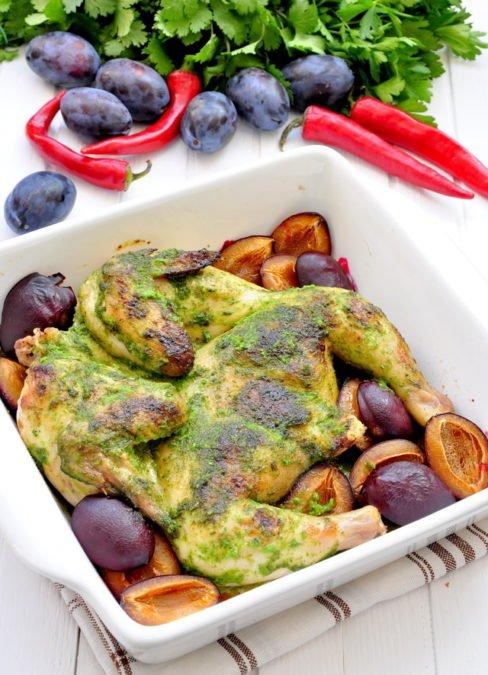 Цыпленок запеченный в ароматном зеленом соусе со сливами