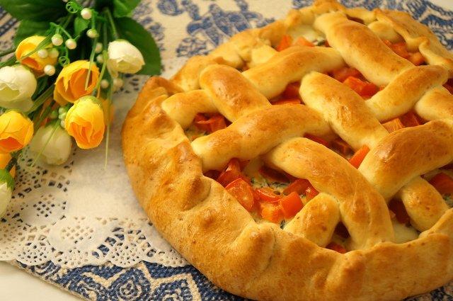 Деревенский пирог со шпинатом и салями