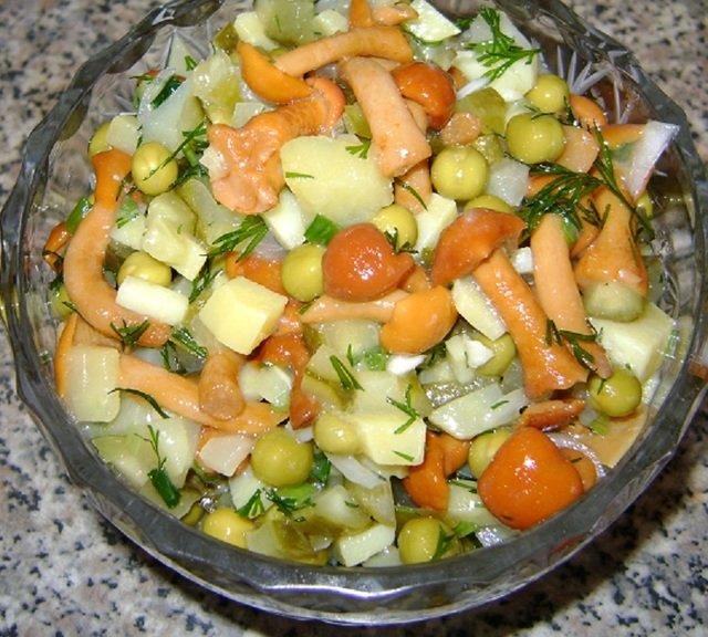 Картофельный салат с маринованными грибами и зеленым горошком