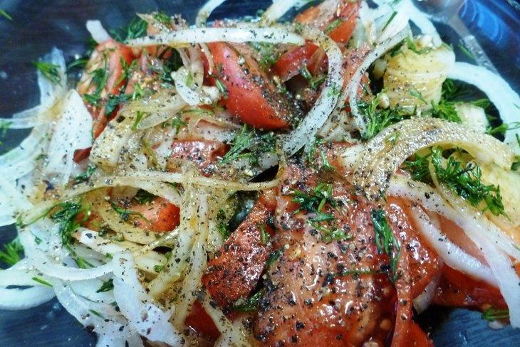 Маринованная сельдь с соевым соусом и помидорами