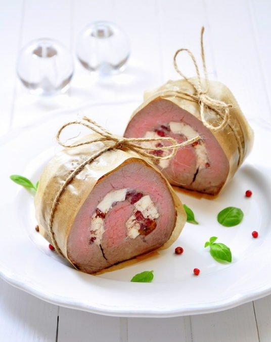 Запеченное мясо с брынзой и вялеными томатами