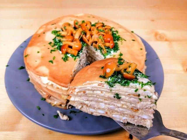 Куриный блинный торт с грибами