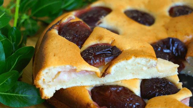Сливовый пирог на сметанном бисквите