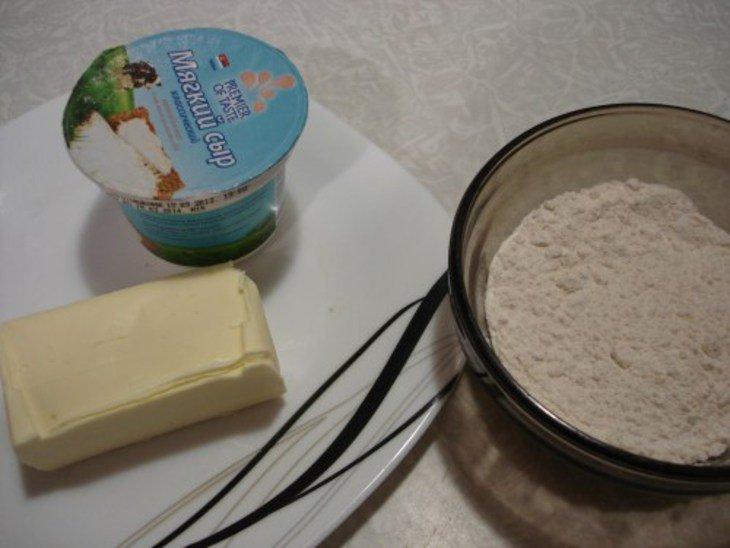 Рогалики из сырного слоёного теста