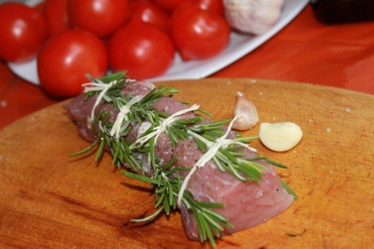Свиная вырезка прованс на гриле с вялеными помидорами.