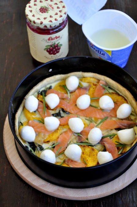 Тарт с лососем, тыквой, шпинатом и моцареллой