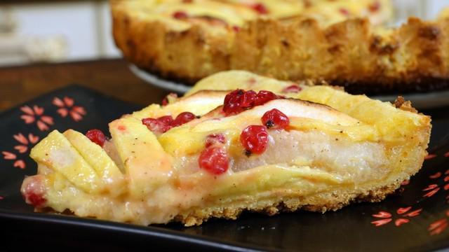 Сочный пирог с яблочной начинкой и сметанным кремом