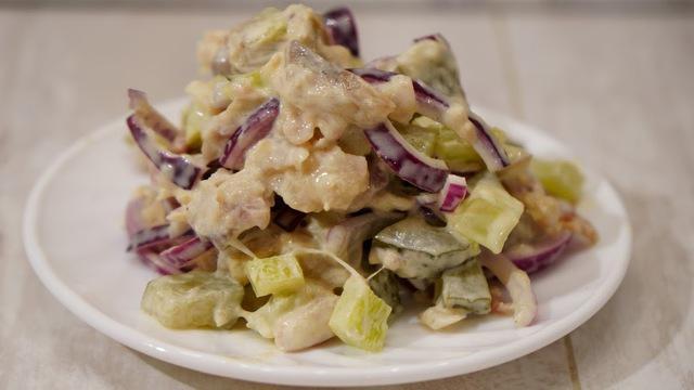Салат из копченой скумбрии с маринованными огурцами