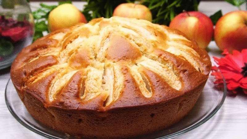 Быстрый и сочный яблочный пирог на кефире