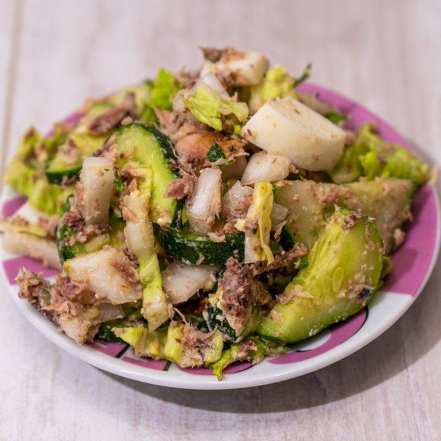 Полезный салат с тунцом и свежими огурцами