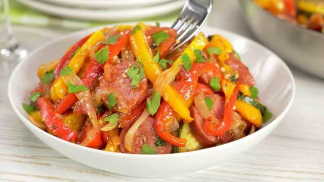 Быстрое рагу из сладкого перца и кабачков с колбасками