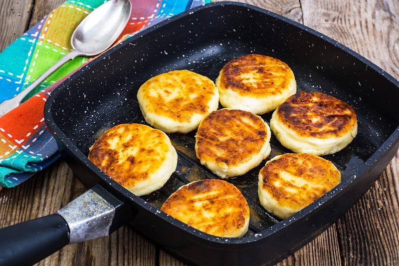 Простейшие сырники на сковороде