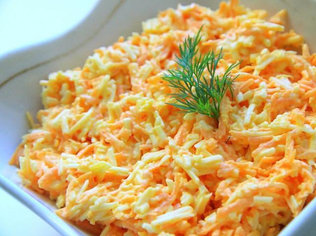 Очень простой и вкусный салатик с морковкой, яйцами и сыром