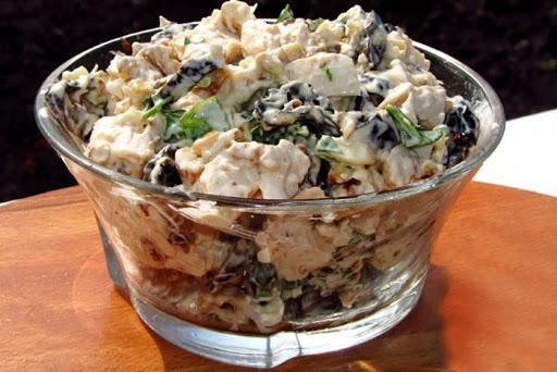 Суперский салатик с черносливом, курочкой, огурцами и грибочками