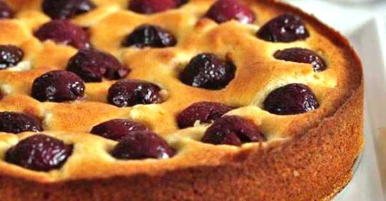 Домашний кефирный пирог с вишенками - вкусненькая простота