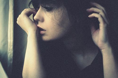 Не обижайтесь, если я молчу… И в трубке телефонной – тишина. Я просто вас тревожить не хочу Печалью, от которой я больна…