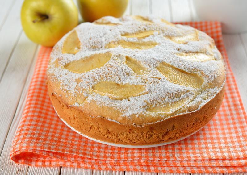 Яблочная шарлотка с творогом. Простой универсальный рецепт