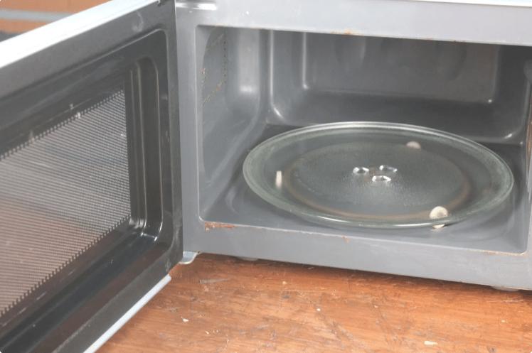 Как вымыть микроволновку изнутри с помощью одного трюка